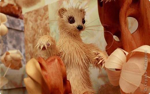 Сибирский скульптор Сергей Бобков работает обычным школьным учителем самой обычной провинциальной школы.  Он делает скульптуры зверей из стружки в натуральную величину.  С помощью стружки он даже имитирует шерсть и пух. Потрясающие работы. фото 13