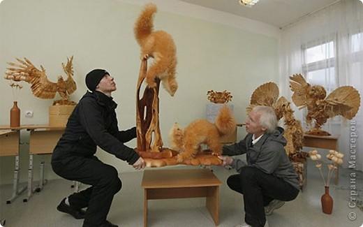 Сибирский скульптор Сергей Бобков работает обычным школьным учителем самой обычной провинциальной школы.  Он делает скульптуры зверей из стружки в натуральную величину.  С помощью стружки он даже имитирует шерсть и пух. Потрясающие работы. фото 2