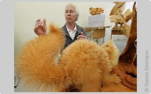 Сибирский скульптор Сергей Бобков работает обычным школьным учителем самой обычной провинциальной школы.  Он делает скульптуры зверей из стружки в натуральную величину.  С помощью стружки он даже имитирует шерсть и пух. Потрясающие работы. фото 4