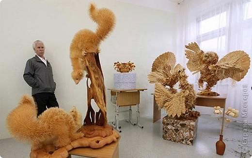 Сибирский скульптор Сергей Бобков работает обычным школьным учителем самой обычной провинциальной школы.  Он делает скульптуры зверей из стружки в натуральную величину.  С помощью стружки он даже имитирует шерсть и пух. Потрясающие работы. фото 5