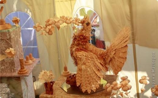 Сибирский скульптор Сергей Бобков работает обычным школьным учителем самой обычной провинциальной школы.  Он делает скульптуры зверей из стружки в натуральную величину.  С помощью стружки он даже имитирует шерсть и пух. Потрясающие работы. фото 8