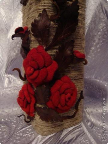 После очередного визита друзей осталась красивая квадратная бутылочка от вина. Ну не выбрасывать же! :) Шпагат, кожа и замша гармонично сложились в бархатные розы.. фото 2