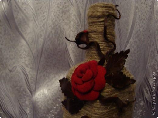 После очередного визита друзей осталась красивая квадратная бутылочка от вина. Ну не выбрасывать же! :) Шпагат, кожа и замша гармонично сложились в бархатные розы.. фото 3