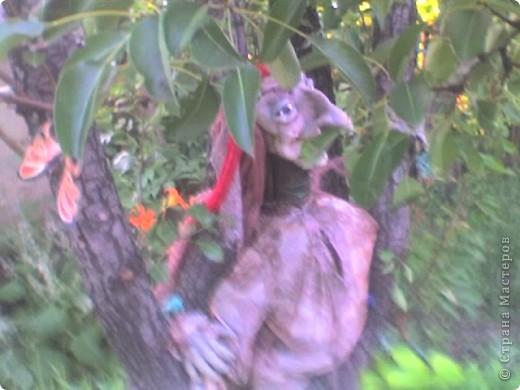 Синтепон обтягивается капроновыми калготками, прошивается лицо куклы, формируя детали лица.У меня это пугало. фото 6