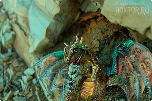 """Выставляю большую драконью подборку - кое-кто уже мелькал здесь, но большинство впервые """"засветились"""" в Стране Мастеров.  Не могу не начать с Рихарда. Он для меня все же особенный дракон. Основатель Луарилльского Гнезда, его бессменный лидер.   *** Истинный дракон благоволит мудрости и порицает глупость. Уважает жажду знаний и презирает суеверия. Он может обладать магическими силами, но твердо знает, что мир прекрасен и без магии. *** (с) Дракон Рихард фото 13"""