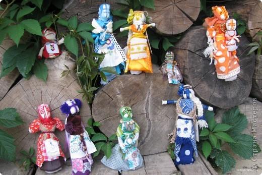 Вот и доделана авторская работа. Куклы-обереги, мотанки мои любимые в асторской трактовке. Каждая в своем цвете и со своим смыслом. Проект сделан за 4 дня. Все больше и больше понимаю, как для меня важен цвет и его сочетания.  Знакомбтесь с моими девчонками. А у меня еще много задумок-надо работать) фото 9