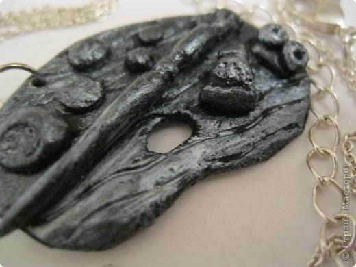 Здравствуйте гости моего блога! Сегодня я хочу показать вам мои работы из пластики, а начать хочу с одной из моих любимых работ.. вот такой подвески. Лепила я её из черной пластики и сверху красила сухой кистью серебряной акриловой краской фото 1