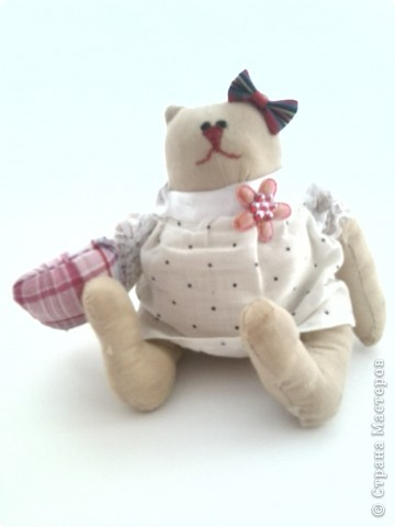 Вот такой вот котик,точнее кошечка сшилась у меня за три дня.Сначала хотела сделать ей платьешко, но потом,посмотрев поняла,что это-ночная рубашка.По такому случаю приделала еще и подушку. Пускай дама в пижаме охраняет наши сны! фото 3