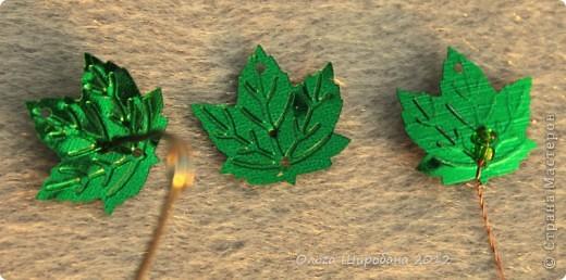 Доброго времени суток, жители Страны Мастеров. Гуляя по просторам инета, я встречала немало деревьев, сделанных из листочков-паеток. Первые скрученные мною листочки не хотели держать нужное положение., обвисали, как хотели .А выход очень простой: фото 2
