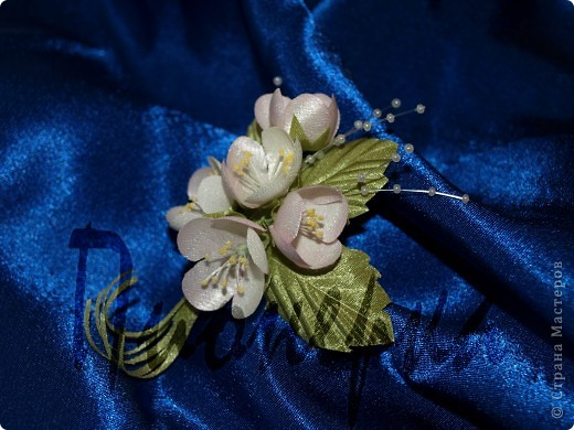 """Эту камелию и последующие цветы я  делала, руководствуясь пошаговой инструкцией в книге  """"Цветы из ткани"""" Н. Череда. Большие венчики из крепа ,серединка из атласа, окрашенного вручную. фото 2"""