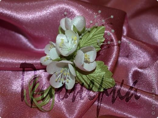 """Эту камелию и последующие цветы я  делала, руководствуясь пошаговой инструкцией в книге  """"Цветы из ткани"""" Н. Череда. Большие венчики из крепа ,серединка из атласа, окрашенного вручную. фото 3"""