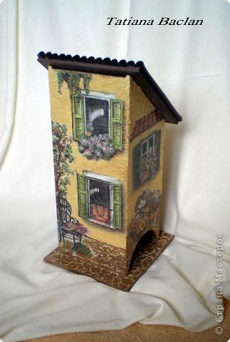 Вот такой у меня домик получился. Окна в домике заштукатурила, а то их было слишком много...  Стены - фактурная штукатурка, тротуар - яичная плитка, кровля - мягкая черепица...)) фото 1