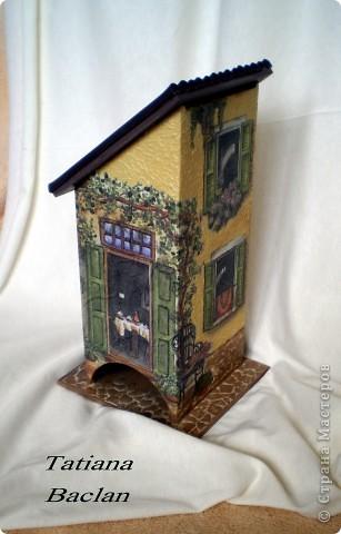 Вот такой у меня домик получился. Окна в домике заштукатурила, а то их было слишком много...  Стены - фактурная штукатурка, тротуар - яичная плитка, кровля - мягкая черепица...)) фото 4