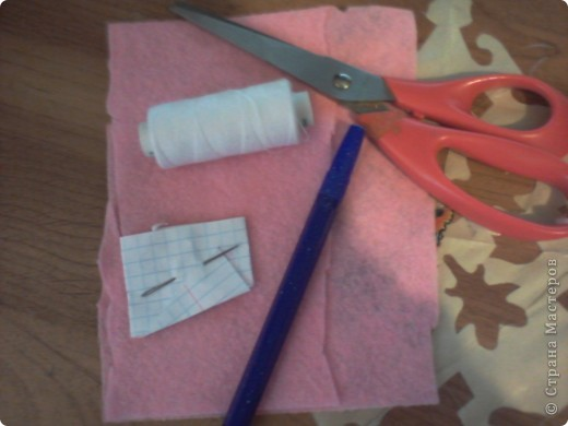 нам понадобится ножницы, ручка, ткань, нитки, игла и шнур (можно ленту) фото 1