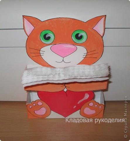 Такой рыжий котенок запросто украсит стол на  детском дне рождении или просто будет стоять на кухне, нежно обнимая сердечко и салфетки.