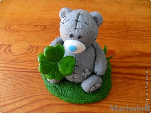 Здравствуйте! Вот такого Тедди слепила на заказ, как подарок на День рождения для милой молодой девушки - коллекционера Мишек Тедди. Счастливый мишка нашел на полянке четырехлистный клевер - такой вот талисманчик удачи :) фото 2