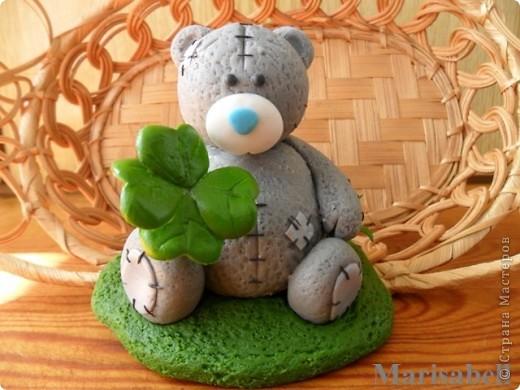 Здравствуйте! Вот такого Тедди слепила на заказ, как подарок на День рождения для милой молодой девушки - коллекционера Мишек Тедди. Счастливый мишка нашел на полянке четырехлистный клевер - такой вот талисманчик удачи :) фото 3
