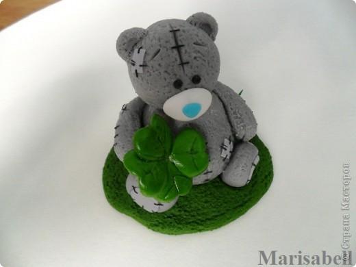 Здравствуйте! Вот такого Тедди слепила на заказ, как подарок на День рождения для милой молодой девушки - коллекционера Мишек Тедди. Счастливый мишка нашел на полянке четырехлистный клевер - такой вот талисманчик удачи :) фото 8