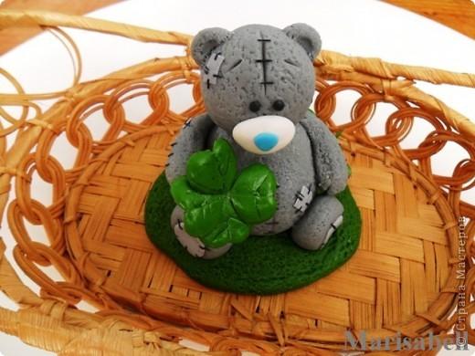 Здравствуйте! Вот такого Тедди слепила на заказ, как подарок на День рождения для милой молодой девушки - коллекционера Мишек Тедди. Счастливый мишка нашел на полянке четырехлистный клевер - такой вот талисманчик удачи :) фото 1