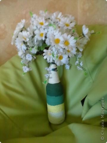 вот такую простенькую вазу можно сделать из простых материалов, нужны всего лишь бутылка,краски(хорошие и плохие ),нитки толстые и метр ленты