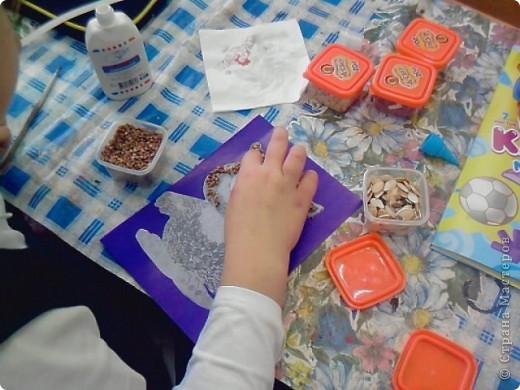 На уроке технологии решили с ребятами поработать с семенами и крупой.Нашли красивый шаблон совёнка(спасибо Наталье Писаревой за шаблон) и вот что у нас получилось. Это работа Кузьминой Дашеньки. фото 4