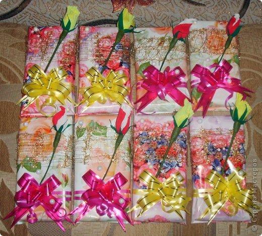 Для преподавателей моей дочери оформила шоколадки.Использовала подарочную бумагу,золотую сетку,бантики,розочки с конфеткой,бусины.Бусины и розочки клеила на Момент,сетка и бантики просто сзади завязаны и закреплены полоской маленького скотча. фото 1