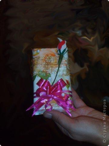 Для преподавателей моей дочери оформила шоколадки.Использовала подарочную бумагу,золотую сетку,бантики,розочки с конфеткой,бусины.Бусины и розочки клеила на Момент,сетка и бантики просто сзади завязаны и закреплены полоской маленького скотча. фото 2