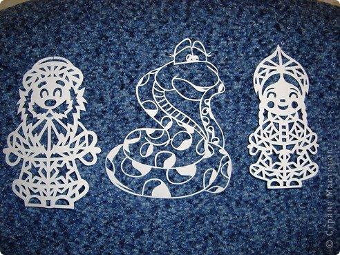 Вот вырезала для украшения окон.... Шаблоны Деда Мороза и Снегурочки позаимствовала здесь Новогодние игрушки на елку + схемы https://stranamasterov.ru/node/290179 , а змеек сделала из цветных картинок найденных в интернете........ фото 1