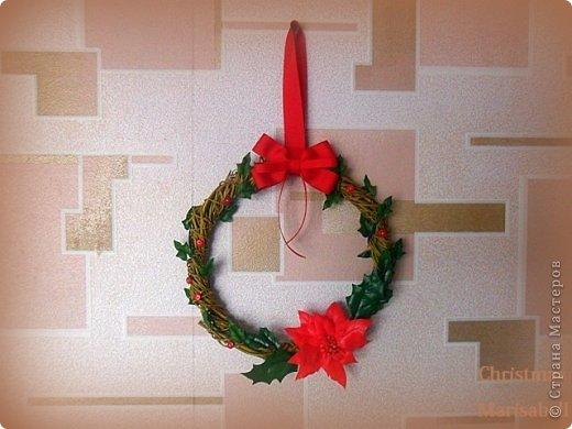 Здравствуйте! Хочу показать Вам рождественский венок, который у меня получился в этом году. Думаю, он будет один - больше не успею, к сожалению. Сам венок сплела из ивовой лозы. Украшают его пуансетия, плетущийся плющ и декоративные красные пуговички. фото 2