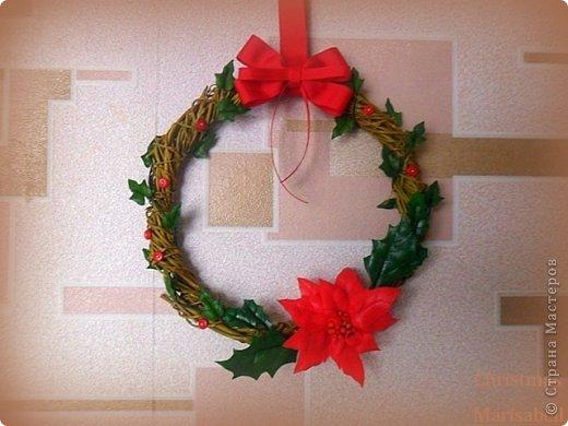 Здравствуйте! Хочу показать Вам рождественский венок, который у меня получился в этом году. Думаю, он будет один - больше не успею, к сожалению. Сам венок сплела из ивовой лозы. Украшают его пуансетия, плетущийся плющ и декоративные красные пуговички. фото 1