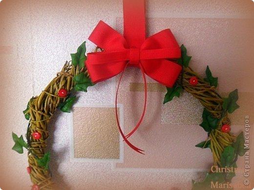 Здравствуйте! Хочу показать Вам рождественский венок, который у меня получился в этом году. Думаю, он будет один - больше не успею, к сожалению. Сам венок сплела из ивовой лозы. Украшают его пуансетия, плетущийся плющ и декоративные красные пуговички. фото 3
