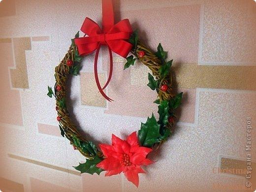 Здравствуйте! Хочу показать Вам рождественский венок, который у меня получился в этом году. Думаю, он будет один - больше не успею, к сожалению. Сам венок сплела из ивовой лозы. Украшают его пуансетия, плетущийся плющ и декоративные красные пуговички. фото 9