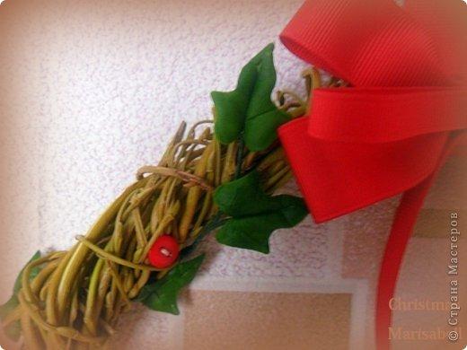 Здравствуйте! Хочу показать Вам рождественский венок, который у меня получился в этом году. Думаю, он будет один - больше не успею, к сожалению. Сам венок сплела из ивовой лозы. Украшают его пуансетия, плетущийся плющ и декоративные красные пуговички. фото 6