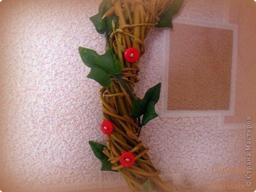 Здравствуйте! Хочу показать Вам рождественский венок, который у меня получился в этом году. Думаю, он будет один - больше не успею, к сожалению. Сам венок сплела из ивовой лозы. Украшают его пуансетия, плетущийся плющ и декоративные красные пуговички. фото 8