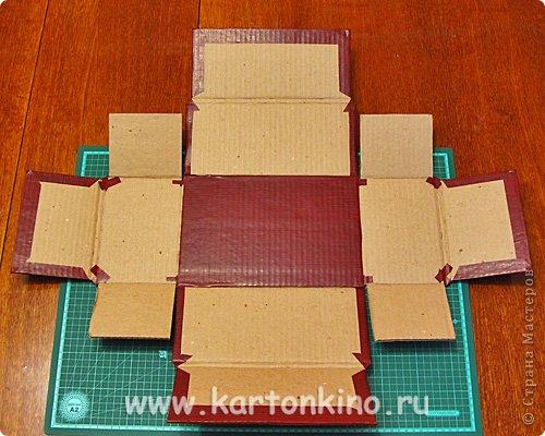 """Здравствуйте, дорогие жители Страны Мастеров!)  Этот ларец с """"самоцветами"""" я сделала своему сыну в качестве адвент-календаря. Каждый """"камешек"""" - это коробочка из картона, в которую удобно прятать маленькие подарочки или записки.  Сам ларец сделан из обычного гофрокартона, в который упаковывается мебель. Такой ларец можно использовать как оригинальный реквизит для проведения, например, новогодней лотереи. А можно прикрепить к """"самоцветам"""" петельки, и получатся замечательные елочные украшения.  Сделать и ларец и коробочки-самоцветы своими руками совсем не сложно. И я сейчас покажу, как. Понадобятся:  канцелярский нож, ножницы, линейка, инструмент для биговки, двусторонний скотч (для коробочек) и клей """"Момент"""" (для ларца). А также гофрокартон - для ларца, фольгированный картон (или плотная цветная бумага) - для """"самоцветов"""". фото 9"""