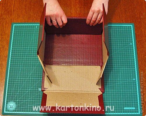 """Здравствуйте, дорогие жители Страны Мастеров!)  Этот ларец с """"самоцветами"""" я сделала своему сыну в качестве адвент-календаря. Каждый """"камешек"""" - это коробочка из картона, в которую удобно прятать маленькие подарочки или записки.  Сам ларец сделан из обычного гофрокартона, в который упаковывается мебель. Такой ларец можно использовать как оригинальный реквизит для проведения, например, новогодней лотереи. А можно прикрепить к """"самоцветам"""" петельки, и получатся замечательные елочные украшения.  Сделать и ларец и коробочки-самоцветы своими руками совсем не сложно. И я сейчас покажу, как. Понадобятся:  канцелярский нож, ножницы, линейка, инструмент для биговки, двусторонний скотч (для коробочек) и клей """"Момент"""" (для ларца). А также гофрокартон - для ларца, фольгированный картон (или плотная цветная бумага) - для """"самоцветов"""". фото 10"""