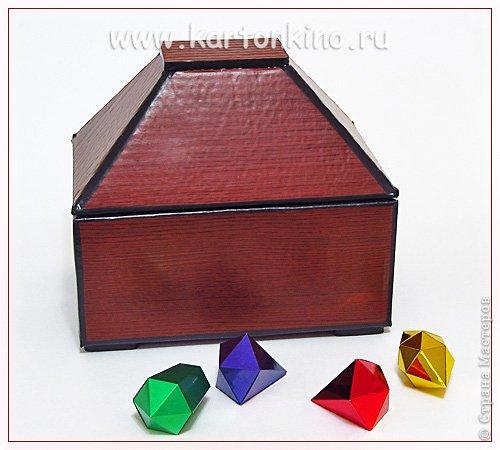 """Здравствуйте, дорогие жители Страны Мастеров!)  Этот ларец с """"самоцветами"""" я сделала своему сыну в качестве адвент-календаря. Каждый """"камешек"""" - это коробочка из картона, в которую удобно прятать маленькие подарочки или записки.  Сам ларец сделан из обычного гофрокартона, в который упаковывается мебель. Такой ларец можно использовать как оригинальный реквизит для проведения, например, новогодней лотереи. А можно прикрепить к """"самоцветам"""" петельки, и получатся замечательные елочные украшения.  Сделать и ларец и коробочки-самоцветы своими руками совсем не сложно. И я сейчас покажу, как. Понадобятся:  канцелярский нож, ножницы, линейка, инструмент для биговки, двусторонний скотч (для коробочек) и клей """"Момент"""" (для ларца). А также гофрокартон - для ларца, фольгированный картон (или плотная цветная бумага) - для """"самоцветов"""". фото 1"""