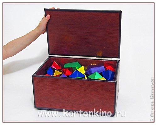 """Здравствуйте, дорогие жители Страны Мастеров!)  Этот ларец с """"самоцветами"""" я сделала своему сыну в качестве адвент-календаря. Каждый """"камешек"""" - это коробочка из картона, в которую удобно прятать маленькие подарочки или записки.  Сам ларец сделан из обычного гофрокартона, в который упаковывается мебель. Такой ларец можно использовать как оригинальный реквизит для проведения, например, новогодней лотереи. А можно прикрепить к """"самоцветам"""" петельки, и получатся замечательные елочные украшения.  Сделать и ларец и коробочки-самоцветы своими руками совсем не сложно. И я сейчас покажу, как. Понадобятся:  канцелярский нож, ножницы, линейка, инструмент для биговки, двусторонний скотч (для коробочек) и клей """"Момент"""" (для ларца). А также гофрокартон - для ларца, фольгированный картон (или плотная цветная бумага) - для """"самоцветов"""". фото 2"""