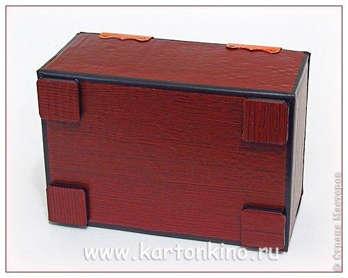 """Здравствуйте, дорогие жители Страны Мастеров!)  Этот ларец с """"самоцветами"""" я сделала своему сыну в качестве адвент-календаря. Каждый """"камешек"""" - это коробочка из картона, в которую удобно прятать маленькие подарочки или записки.  Сам ларец сделан из обычного гофрокартона, в который упаковывается мебель. Такой ларец можно использовать как оригинальный реквизит для проведения, например, новогодней лотереи. А можно прикрепить к """"самоцветам"""" петельки, и получатся замечательные елочные украшения.  Сделать и ларец и коробочки-самоцветы своими руками совсем не сложно. И я сейчас покажу, как. Понадобятся:  канцелярский нож, ножницы, линейка, инструмент для биговки, двусторонний скотч (для коробочек) и клей """"Момент"""" (для ларца). А также гофрокартон - для ларца, фольгированный картон (или плотная цветная бумага) - для """"самоцветов"""". фото 15"""