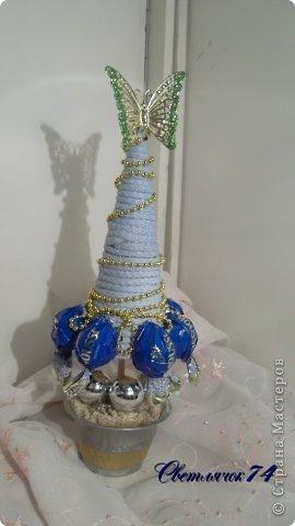 Хоровод елок к парадному выходу готов! Эта - самая любимая по цвету. А до украшения смотрелась как странный одноглазый монстр :) фото 3
