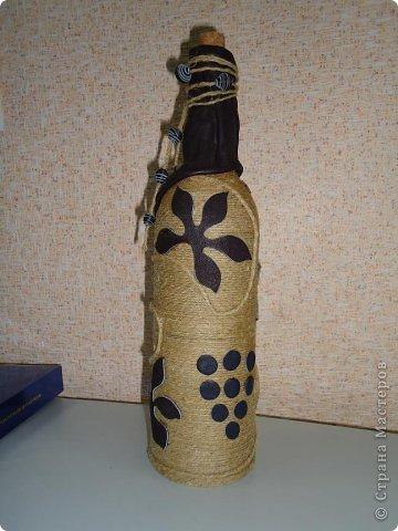 """Моя первая и самая любимая бутылка вместимостью 10 гостей. :-) Делалась для домашнего ко дню рождения мамы. Бутылка была пустая, и на дворе стояло лето, по этому для крепления льно-пенькового шпагата использовался клей """"Титан"""". Готовая работа долго стояла на балконе, пока не выветрился """"аромат"""" ацетона. фото 5"""