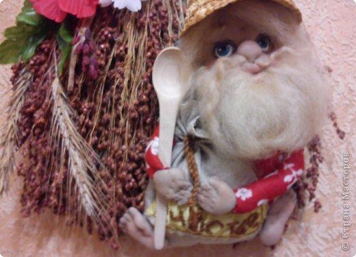 Бабушка-хранительница домашнего очага. Моя первая проба. Это как ребенок: задумывал одно, а плод трудов проявил свой характер, получилась бабушка. А уж одежки для кукол я все детство изобретала. фото 22