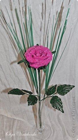 Роза на длинной ножке. Сплетена из бисера. Украшена искусственной зеленью. фото 1