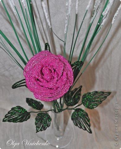 Роза на длинной ножке. Сплетена из бисера. Украшена искусственной зеленью. фото 2