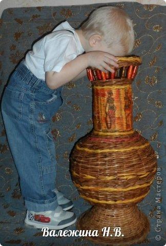Давно собиралась вазочку сплести и вот решилась. Теперь буду голову ломать,что в неё поставить =) фото 1