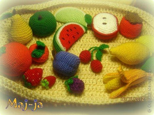 """тактильные игрушки с разными наполнителями: вязаный набор фруктов-ягод """"Витаминка"""". Я уже показывала свои вязаные овощи http://stranamasterov.ru/node/548592 ,теперь пришла пора фруктов-ягодок:)"""