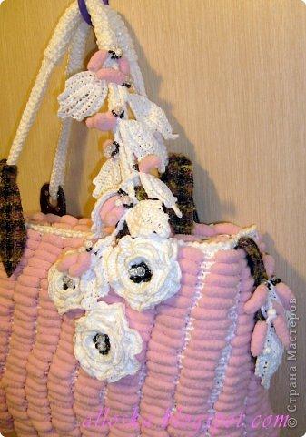 Связалась сумочка к лету из розовых ниток фантазийных с помпончиками и белых полиэтиленовых пакетов.Украшена цветочными элементами,связанными крючком, бусинами и бисером.Имеются элементы из ткани и кожи. Внутри карман на замочке,удобная,вместительная,можно стирать в машине-автомат. фото 2