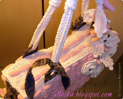 Связалась сумочка к лету из розовых ниток фантазийных с помпончиками и белых полиэтиленовых пакетов.Украшена цветочными элементами,связанными крючком, бусинами и бисером.Имеются элементы из ткани и кожи. Внутри карман на замочке,удобная,вместительная,можно стирать в машине-автомат. фото 3