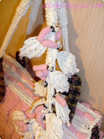 Связалась сумочка к лету из розовых ниток фантазийных с помпончиками и белых полиэтиленовых пакетов.Украшена цветочными элементами,связанными крючком, бусинами и бисером.Имеются элементы из ткани и кожи. Внутри карман на замочке,удобная,вместительная,можно стирать в машине-автомат. фото 4