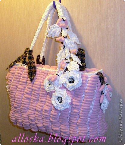 Связалась сумочка к лету из розовых ниток фантазийных с помпончиками и белых полиэтиленовых пакетов.Украшена цветочными элементами,связанными крючком, бусинами и бисером.Имеются элементы из ткани и кожи. Внутри карман на замочке,удобная,вместительная,можно стирать в машине-автомат. фото 1
